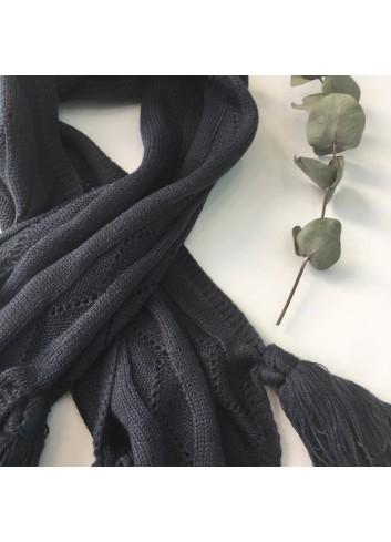Bufanda gris antracita de punto con borlas de la marca Mia y Lia disponible en más colores