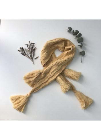 Bufanda mostaza de punto con borlas de la marca Mia y Lia, disponible en más colores.