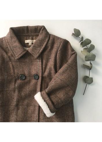 Abrigo de cuadros marrón con una sutil raya azul y forro de borreguito de la marca Mia y Lia.