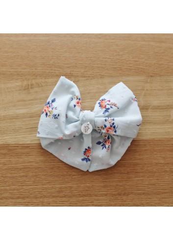 Lacito para el pelo con pinza, de tela plumetti azul con florecitas fluor de El tocador de Victoria