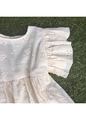 Blusa color crudo bordada con volantes en los hombros de la marca Mia y Lia