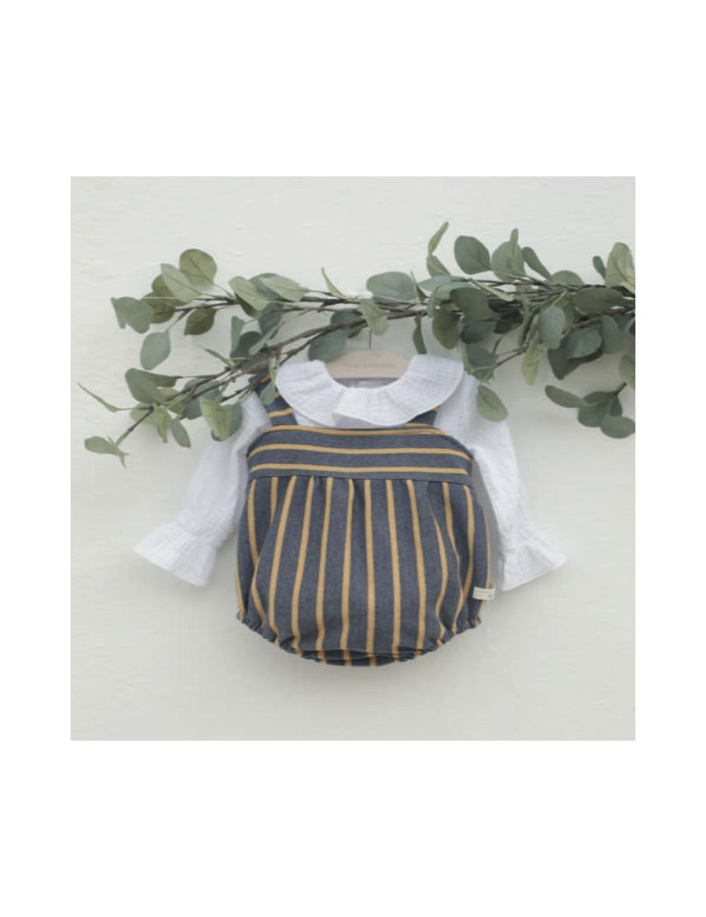 Ranita de punto de rayas azul y mostaza con blusa de bambula blanca incluida del a marca Pilar Batanero