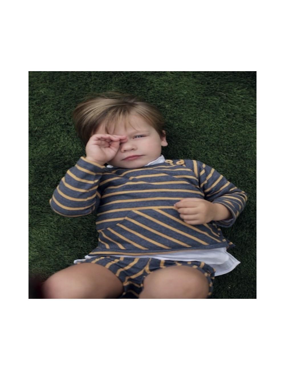 Conjunto formado por pololo y jersey tipo canguro de punto, de rayas azul y mostaza de la marca Pilar Batanero