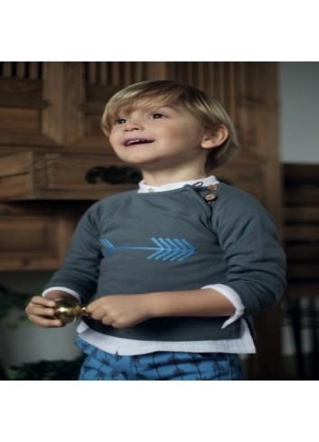 Conjunto formado por pololo de flechas y jersey gris con dibujo de flecha azul de la marca Pilar Batanero