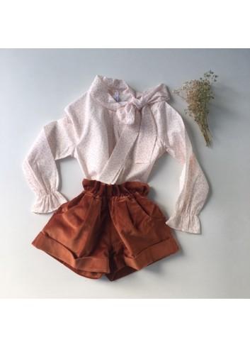 Conjunto niña formado por bermuda terciopelo y blusa con estampado de hojas color caldero de Paloma de la O