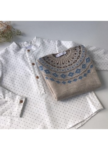 Conjunto formado por camisa cuello mao de motas color chocolate y jersey cenefa azul cielo de la marca Paloma de a O