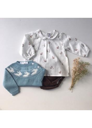 Conjunto formado por culetin micropana chocolate, camisa cuello bebe conejitos y sueter azul turquesa conejitos Paloma de la O