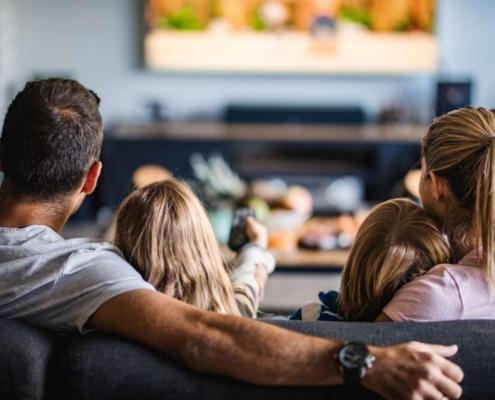 familia viendo la tv